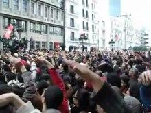 Fichier:Moment historique de la Révolution Tunisienne devant le Ministère de l'Intérieur (DEGAGE) - Avenue Habib Bourguiba - Tunis - 14.01.2011.ogv
