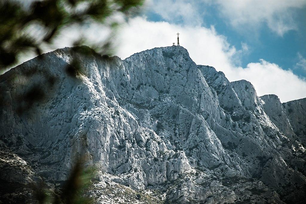 https://upload.wikimedia.org/wikipedia/commons/thumb/4/44/Montagne_Sainte_Victoire%2C.jpg/1024px-Montagne_Sainte_Victoire%2C.jpg