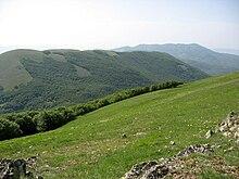 Il monte Calvelluzzo e, più lontano, il gruppo dei monti Pierfaone ed Arioso. Dalle praterie di vetta del monte Volturino.