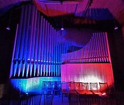 Neusäß, St. Ägidius (Hindelang-Orgel bei Nacht, blau rot) (1).jpg