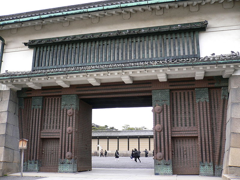 East Main Gate, Nijo Castle, one of the castles of Kyoto. Photo courtesy of Araisyohei via Wikimedia Commons.