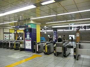 Nishi-Nippori Station - The ticket barriers for transferring between JR East and the Tokyo Metro Chiyoda Line, July 2008