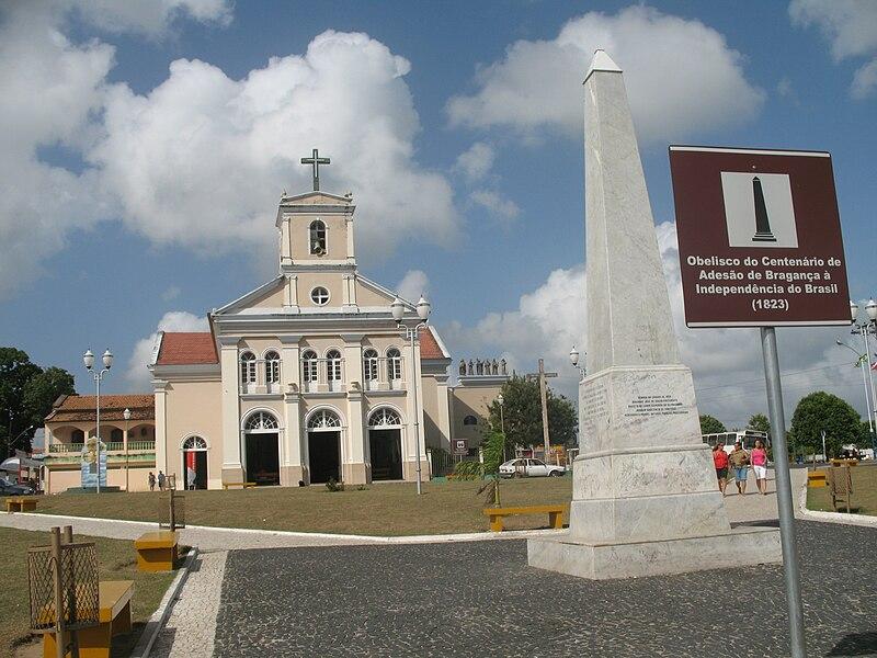 Ficheiro:Obelisco e Catedral Bragança.JPG