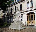 P1040898 Paris VI avenue Georges-Mandel n°46 statue d'Eugène Manuel dans le « petit lycée » Janson-de-Sailly rwk.JPG