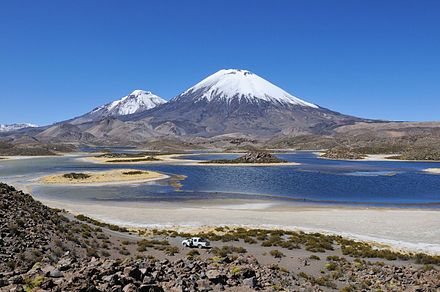 The Lagunas Cotacotani, with Parinacota and Pomerape in the background Paisaje de montanas entre la frontera Bolivia-Chile.jpg