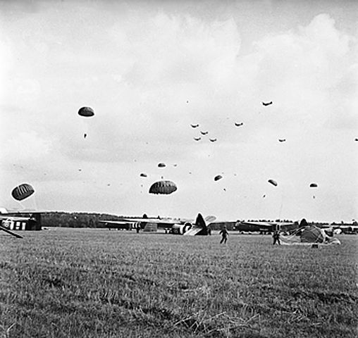 https://upload.wikimedia.org/wikipedia/commons/thumb/4/44/Paratroops_gathering_their_parachutes.jpg/508px-Paratroops_gathering_their_parachutes.jpg