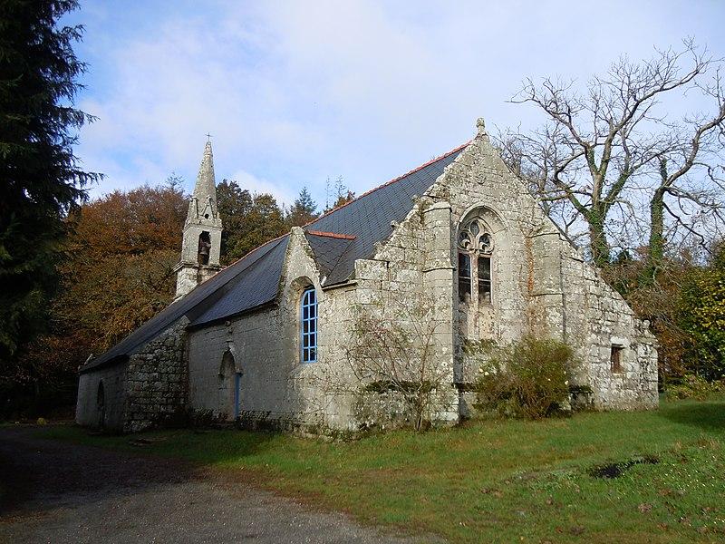 Chapelle de Lochrist en Ploërdut, département du Morbihan (vue du chevet et de la façade méridionale)