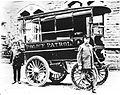 Polizeifahrzeug der Stadtpolizei Akron, Ohio, 1899.jpg
