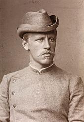 Portreto de juneca virrekognisable kiel Nansen de la pli frua foto. Li havas severan esprimon kaj portas senkoluman jakon butonumitan al la kolo.