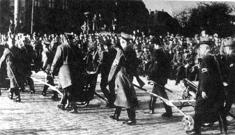 https://upload.wikimedia.org/wikipedia/commons/thumb/4/44/Pozna%C5%84%2C_Volkssturm_1944.jpg/800px-Pozna%C5%84%2C_Volkssturm_1944.jpg