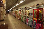Graffiti na soupravě metra ve stanici Florenc