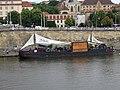 Rašínovo nábřeží, loď Captain Morgan, z mostu.jpg