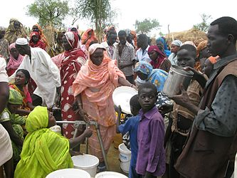 Refugees queue for water in the Jamam camp, South Sudan (7118597209).jpg