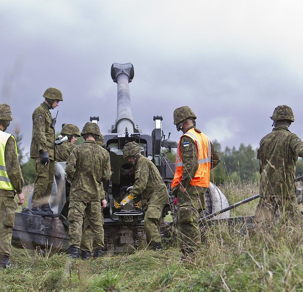Reservväelased õppusel suurtükist laskmas
