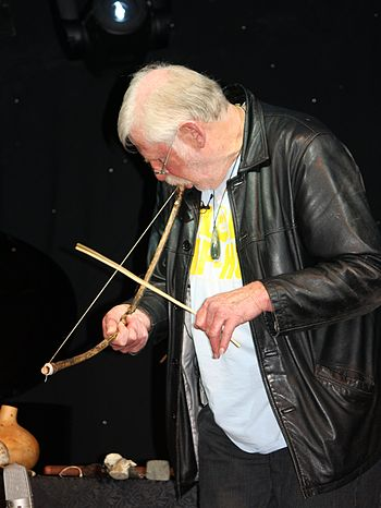 English: Richard Nunns in 2011 playing a kū, a...