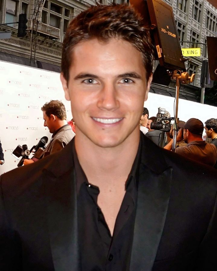 Actor Robbie Amell in complete black attire in 2010
