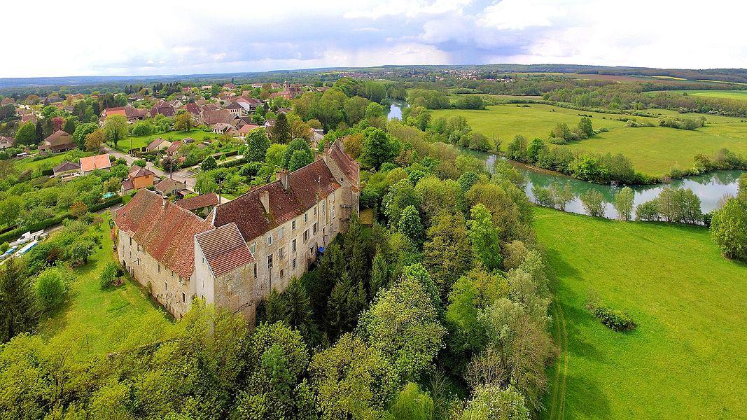 Le village et son château au bord de l'Ognon