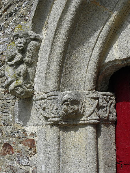 Église Saint-Uniac, commune de Saint-Uniac (35). Ébrasement gauche de la porte du croisillon sud.