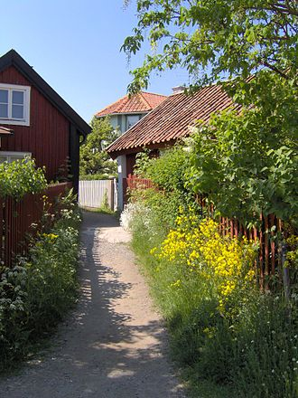 Sandhamn - One of the characteristic gravel alleys.