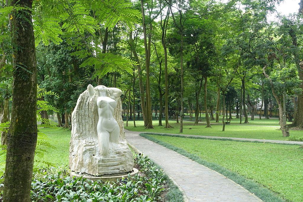 Sculpture dans le jardin botanique d'Hanoi.