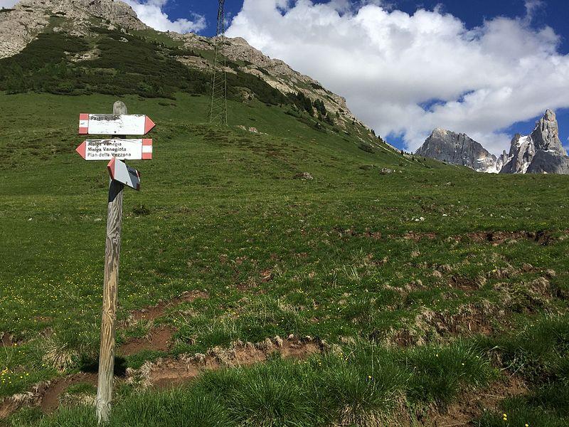 File:Segnaleticaverticale Trentino Passo Rolle (5).jpg