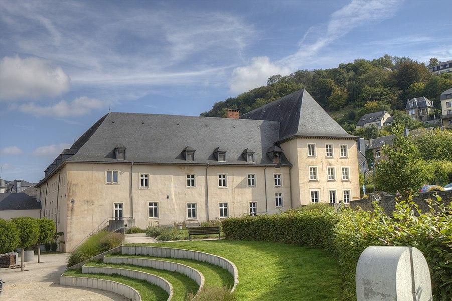 Priorij van de Sépulchrines te Bouillon. Gezien vanaf het aanbelandende park.