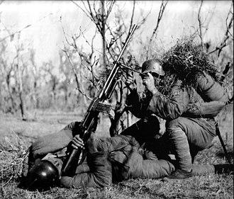 Hotchkiss M1922 machine gun - Two Chinese soldiers using a Hotchkiss M1922 machine gun