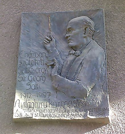 Commemorative plaque on the Maros utca building where Solti was born, Budapest Solti Gyorgy emlektablaja XII Maros utca 29.jpg