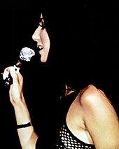 Cher se apresentando ao vivo em 1971