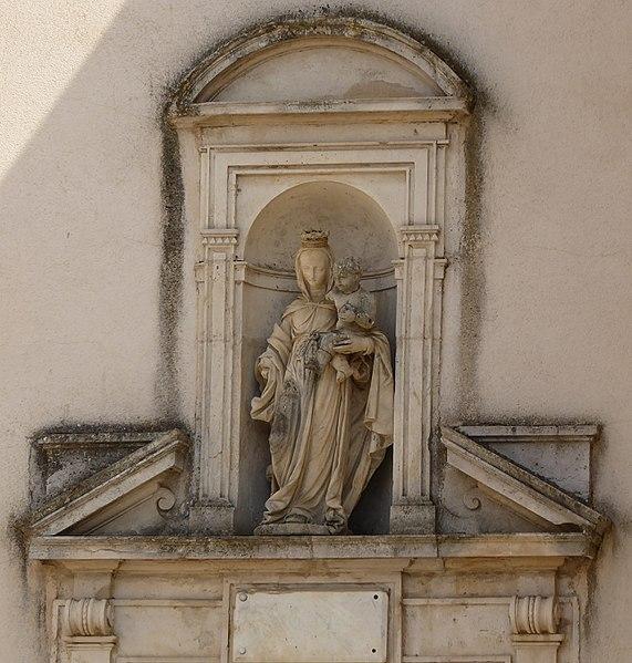 Détail de l'église de  Laneuvelotte en Meurthe-et-Moselle (France). Statue située au dessus du portail.