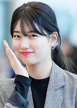 Suzy at Incheon airport, 27 February 2017 03.jpg