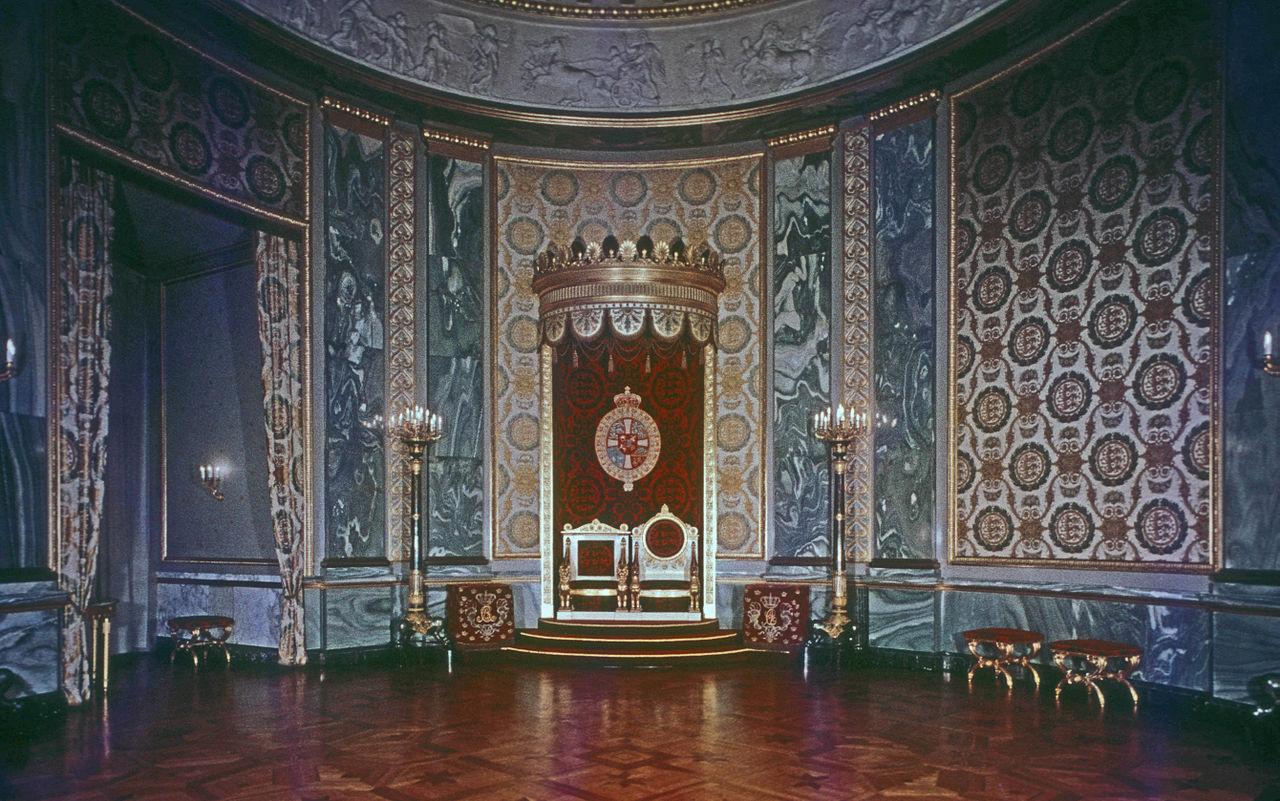 Throne Room 1280px-THRONE_ROOM%2C_CHRISTIANSBORG_PALACE%2C_COPENHAGEN