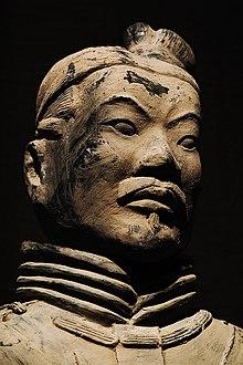 Una delle statue che fa parte dell'esercito di terracotta nella tomba dell'imperatore Qin a Xi'An
