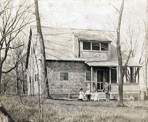 Thornton Wilder - Thornton Wilder with his two sisters and their father Amos at family cottage in Maple Bluff, Wisconsin (1900)