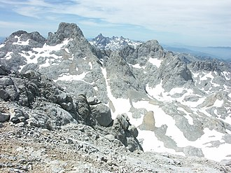 Urrieles Massif - Torrecerredo and Carbones. Among them, the western mountains, always presided by the Penas Santas.