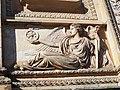 Triumphtor am Mühlenberg, Detail, rechte Seite, antikisierendes Relief, das den technologischen Fortschritts Preußens thematisiert (Eisenbahn).jpg