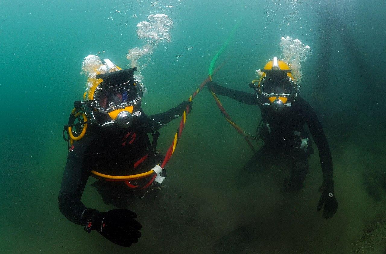 File:US Navy 110804-N-XD935-069 Navy Diver 3rd Class Bryan ...