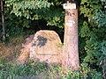 Výžerky, pamětní kámen a turistické značení.jpg