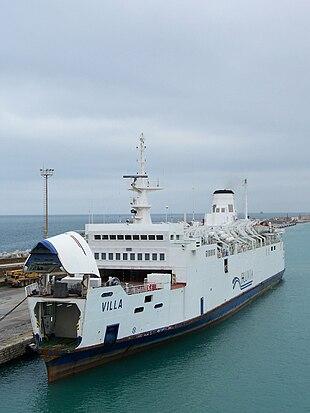 Il traghetto Villa delle FS ormeggiato a Civitavecchia