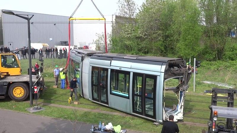 File:Valenciennes & Anzin - Déraillement de la rame de tramway n° 17 à la sortie du dépôt de Saint-Waast le 11 avril 2014 (025B).ogv
