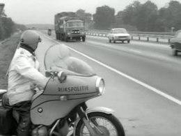Bioscoopjournaal uit januari 1974. De verkeersdienst van de Rijkspolitie is tijdens de vakantieperiode extra attent op auto's met gebreken, omdat veel mensen op reis gaan met een tweedehands auto waar van alles aan mankeert. Ook caravans worden gecontroleerd, waarbij vooral gelet wordt op de koppeling.