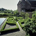 Voorburcht, overzicht van tuin bij keermuur gracht - Ammerzoden - 20423941 - RCE.jpg