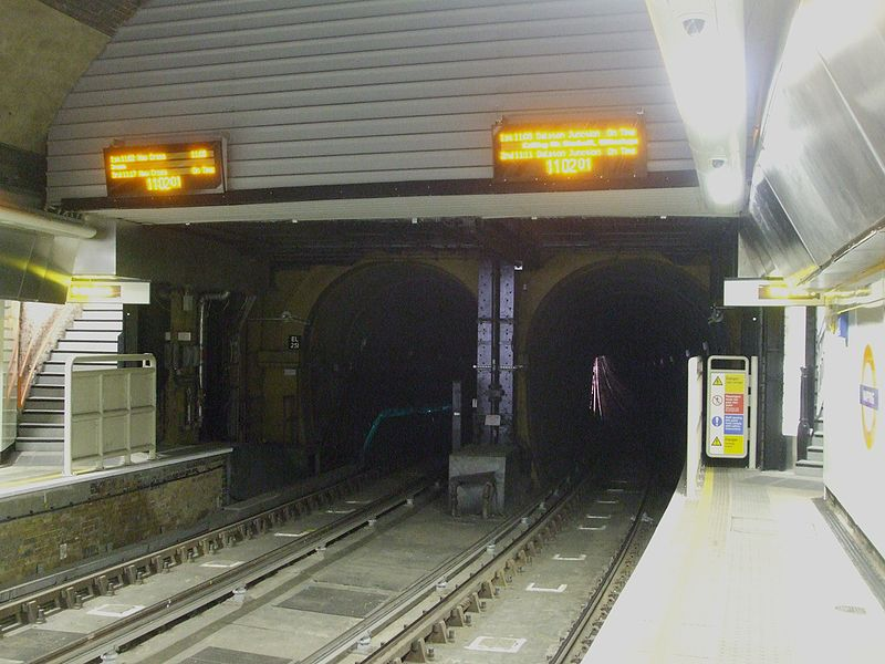 טעקע:Wapping station look south to Thames Tunnel.jpg