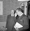 Wim Kan voor de klas in aula van het Rhedens Lyceum te Velp Naast hem burgemees, Bestanddeelnr 916-8192.jpg