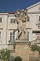 Zámek Vranov nad Dyjí sochy gigantů.JPG