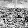 zuid wand sacristie (binnenzijde) met sporen van de weggehakte schuin geplaatste steunbeer van het oudste bakstenen koor - beekbergen - 20029029 - rce