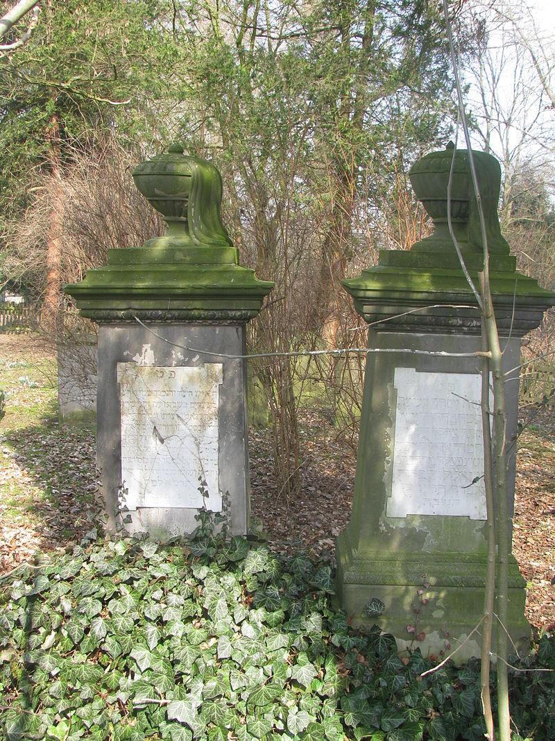 Zwei Grabsteine auf dem jüdischen Friedhof in Rinteln.JPG
