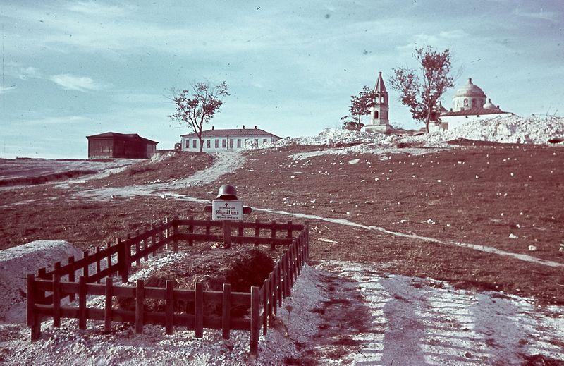 File:(Bugyonnij), magyar hadisír, háttérben a Pokrovszakaja templom. Fortepan 27231.jpg