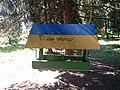 Годівниця для птахів у ботанічному саду ім.М. Гришка.jpg