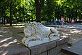 Дві мармурові скульптури левів, що стояли біля входу до будинку сім'ї Аркасів Миколаїв вул. Радянська, Каштановий сквер.JPG